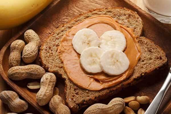 Một lát bánh mì nướng ngũ cốc nguyên hạt, bơ đậu phộng và chuối