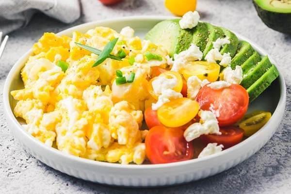 Trứng bác, cà chua và bơ thái lát
