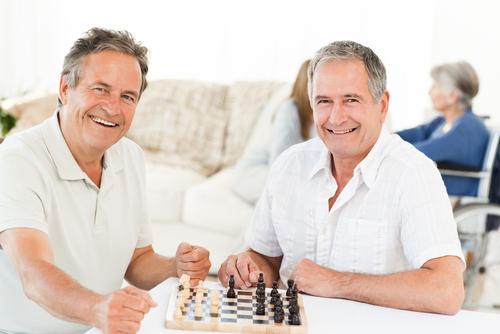 Chơi cờ giúp người cao tuổi cải thiện sức khỏe não bộ - Sữa bột người lớn  Vinamilk